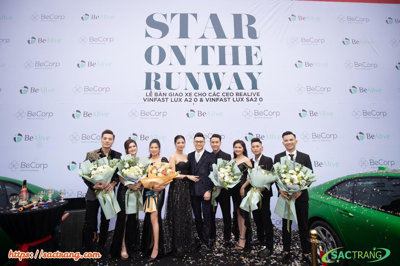 Các giám đốc nhận sự vinh danh và tri ân trên sân khấu Star On The Runway